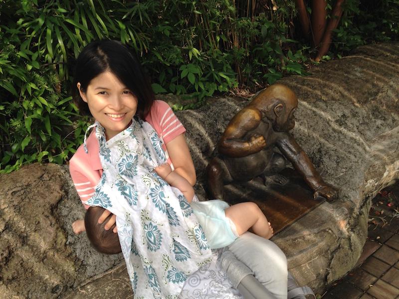 上野動物園,赤ちゃん,授乳,ケープ,日陰,ベンチ