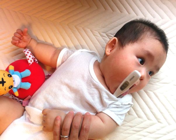 赤ちゃん,体温計,測定,わき,脇,熱,測る