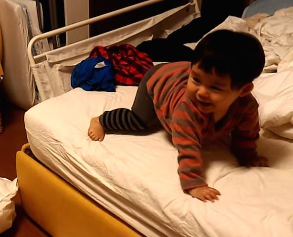 赤ちゃん,ベッド,降りる