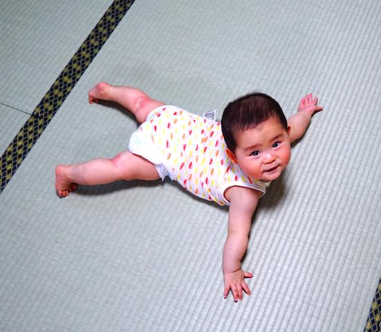 赤ちゃん,7ヶ月,ハイハイ,腹ばい,ずり這い