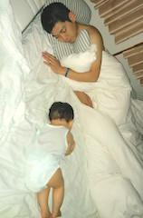 寝相,ベッド,赤ちゃん,パパ