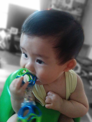 赤ちゃん,おもちゃ,なめる