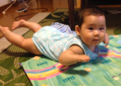 飛行機,赤ちゃん,7ヶ月,腹ばい,かわいい