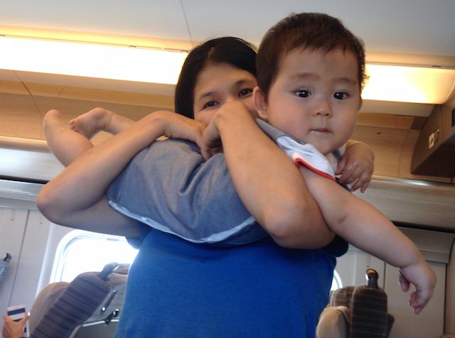 赤ちゃん,新幹線,抱っこ,まぐろ