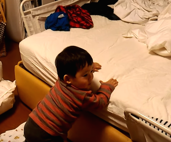 赤ちゃん,ベッド,降りる,着地,立つ